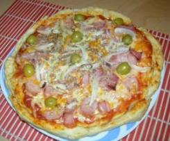Pizza de jamón york, cebolla, bacon y aceitunas