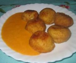 Croquetas de queso de tetilla con salsa de pimientos del piquillo