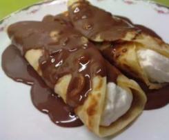 Crepes rellenos de nata con cobertura de chocolate