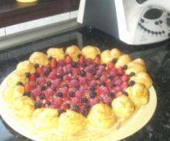 Tarta de Profiteroles y frutos rojos.
