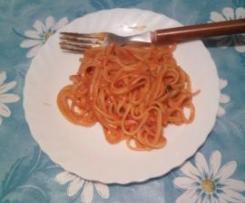 Tallarines con tomate