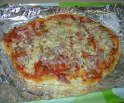 Pizza de jamón york, bacon, tomate y queso