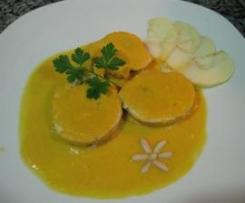 Rollitos de pollo relleno con piñones y pasas en salsa de naranja