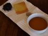 Idiazábal con paté de aceitunas negras a la miel de romero