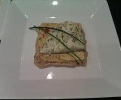 Milhojas de bacalao sobre tortilla de verduras con crema de shiitake