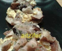 Montaditos de shiitake y tortilla sobre pan de arroz y mijo