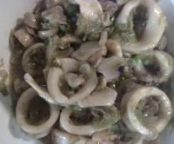Calamares con ajos tiernos y champiñones