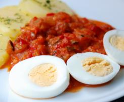 pisto con patatas y huevo cocido