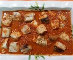Bonito con salsa de Tomate y guarnición de patatas