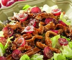 Ensalada templada con pollo, uvas y pasas