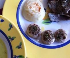 Crema de verduras y costillar aromatizado a las hierbas acompañado de puré de patatas y champiñones rellenos de jamón serrano