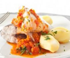 Lubina y patatas al vapor con salsa de verduras rojas
