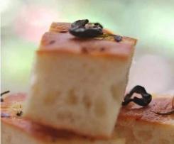 Focaccia de higos con aceitunas negras y sal maldon