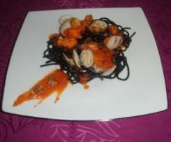 Spaguetis negros con almejas,chipirones y gambas