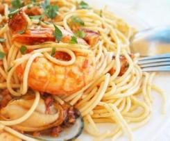 Espaguetis con almejas, sepia, y gambas