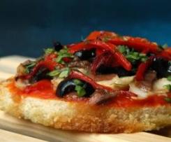Pizzas minis  de pan de molde con pimientos y bonito