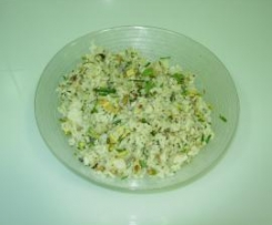 Ensalada de arroz con hierbas aromaticas, frutos secos y aguacate