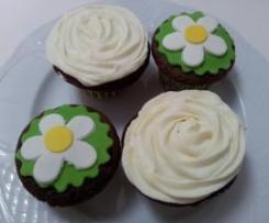 Cupcakes de chocolate.                          Con frosting de philadelphia y  cobertura de fondant.