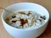 Crema de avena con manzana y pasas sultanas (porridge)