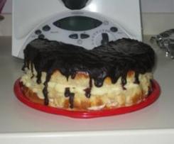 Brioche de nata relleno de crema pastelara y cubierto de chocolate (cuña)