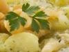 Merluza al vapor con patatas y salsa verde.