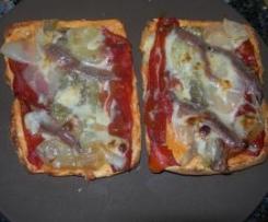 Pan de cebolla, atún y tomate con escalivada