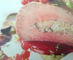 Solomillo de ternera relleno con salsa de frutos rojos.