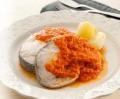 Merluza con patatas y salsa de tomates