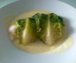 Filetes de merluza envueltos en lechuga con salsa de puerros