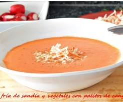 Sopa fría de sandía y vegetales con palitos de cangrejo.