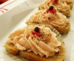 Canapé de pan de cebolla con crema de jamón y queso
