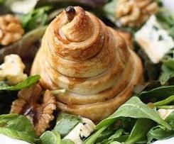 Variación de Pera en Hojaldre y ensalada con roquefort y nueces