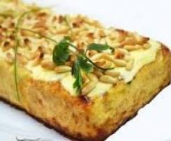 Pastel de calabacín con gratinado de piñones