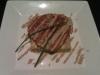 Milhojas de seitán sobre tortilla de verduras con crema de shiitake