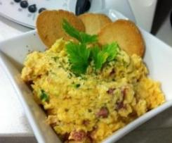 Huevos revueltos con calabacín, jamón y queso.