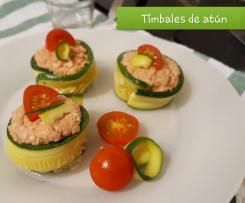 Aperitivo de timbal de calabacín con atún y palitos de surimi