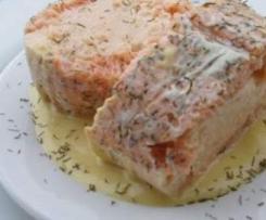 Salmon relleno de su mousse con salsa de mango.
