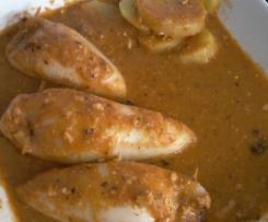 Calamares rellenos de setas y gambas con salsa y patatas al vapor