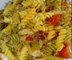 Ensalada de pasta, pollo y crujiente de bacon a la vinagreta de albahaca y limón